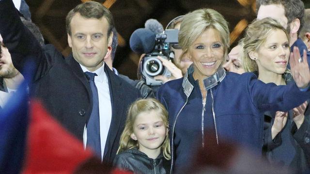 El Presidente Macron con su esposa Brigitte, en el medio su nieta Elisse y a la derecha la hija menor, Tiphaine.,netflix,politico, francia