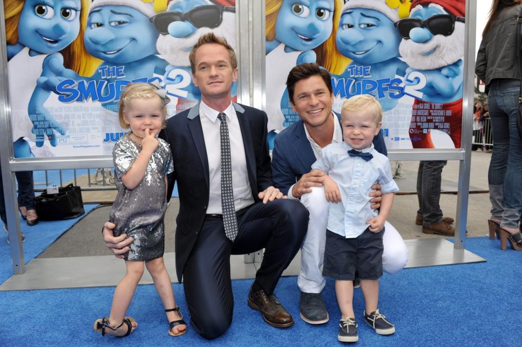 Neil Patrick Harris junto a su esposo David Burtka y sus hijos Harper y Gideon, gay, padres, netflix, peliculas, pitufos