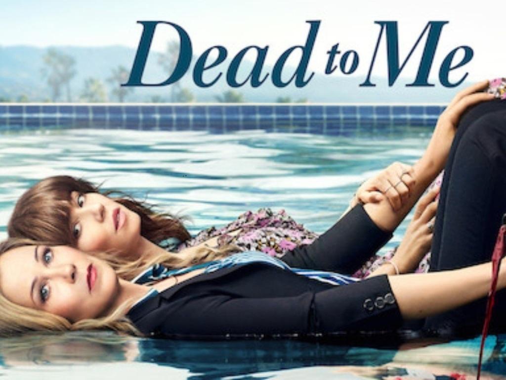 "Christina Applegate y Linda Cardellini en ""Dead to Me"""