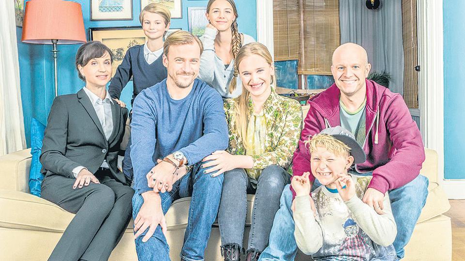 """Petra Mede, Vera Vitali , Erik Johansson y Fredrik Hallgren en """"Bonus family"""""""