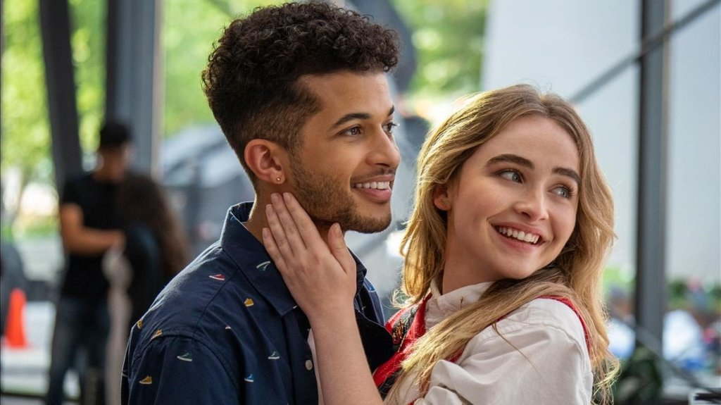"Sabrina Carpenter y Jordan Fisher en ""Work it"""
