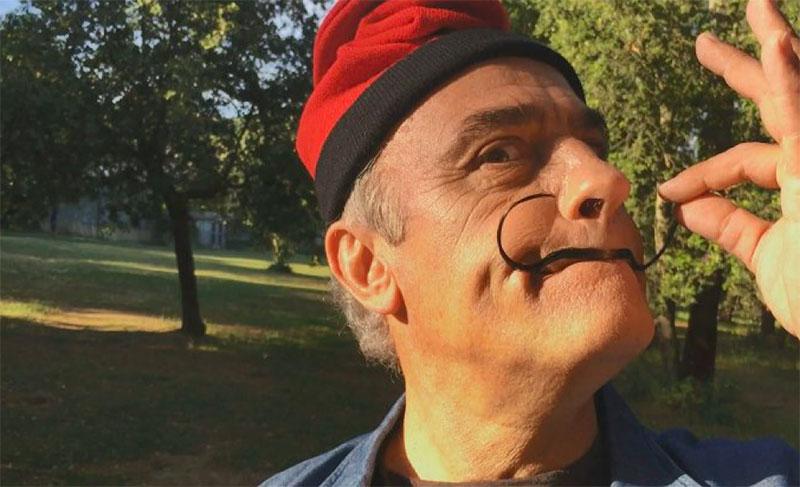 Francesc Orella como Merlí imitando a Dalí