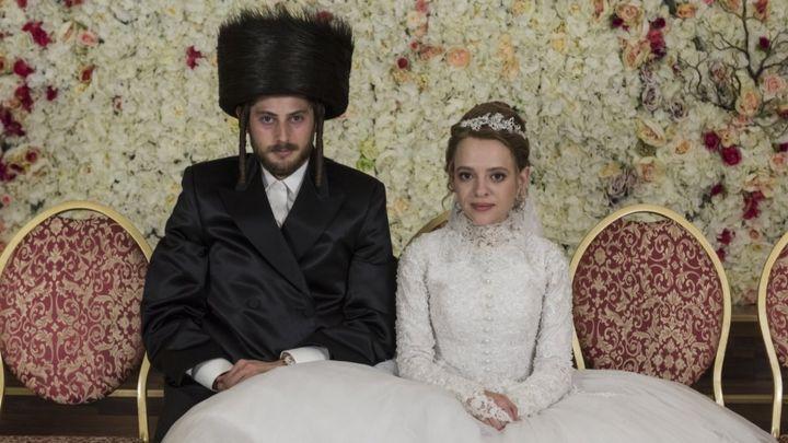 "Shira Haas y Yakov Shapiro en ""Poco ortodoxa"""
